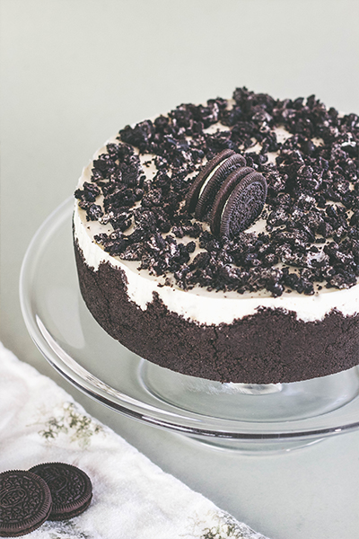 Ciasto OREO na szklanej paterze