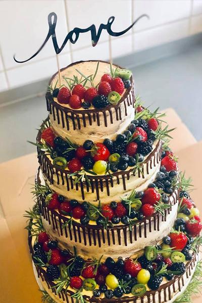Piętrowy tort ślubny z owocami