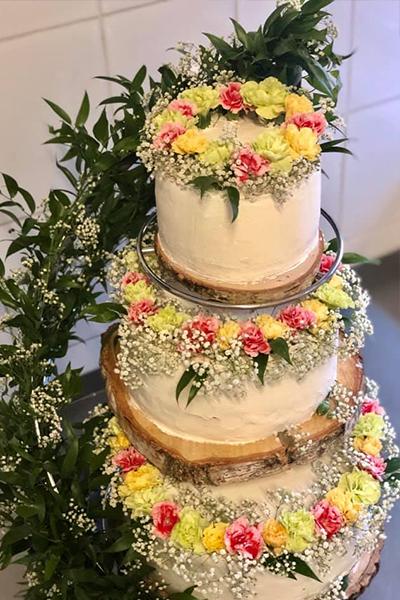 Tort piętrowy z kwiatami ślubny