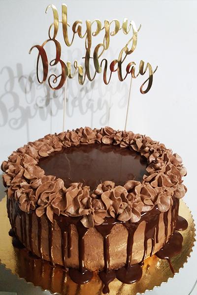 Czekoladowy tort urodzinowy przygotowany w Gdańsku