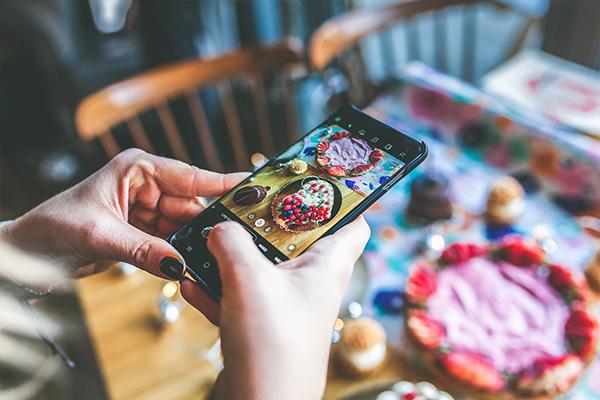 Robienie zdjęcia deserów telefonem w Marmolada Chleb i Kawa w Gdańsku