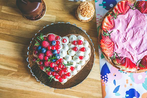 Ciasto w kształcie serca z owocami