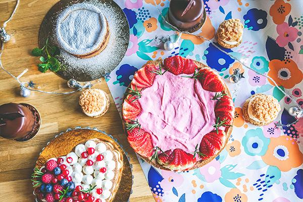 Ciasta i desery na stole w Marmolada Chleb i Kawa w Gdańsku