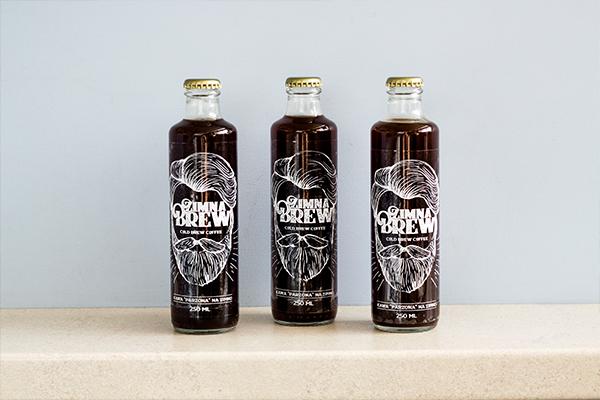 Zimna Brew w szklanych butelkach na ladzie