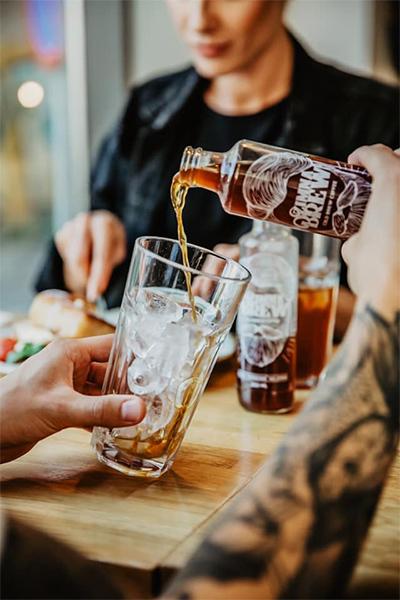 Nalewanie cold brew do wysokiej szklanki