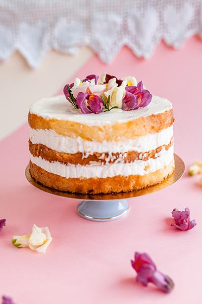 Tort śmietankowy z kwiatami przygotowane w Mamy Wypieki w Gdańsku